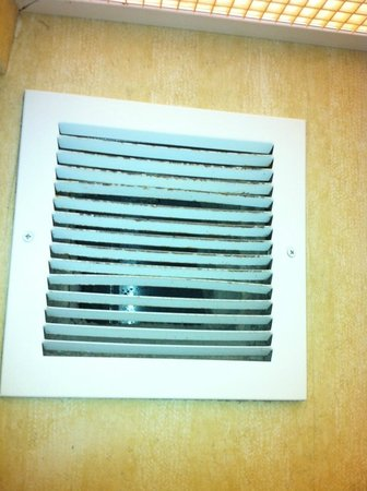 Hampton Inn Houston/Humble-Airport Area: vent in bathroom