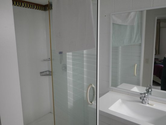 Cairns Aquarius: Ensuite bathroom shower