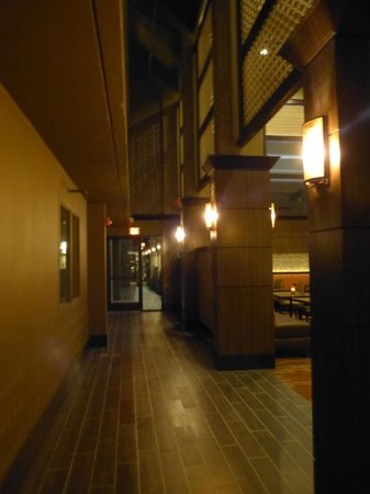 Magnolia Hotel Dallas-Park Cities: Little hallway to the pool area.