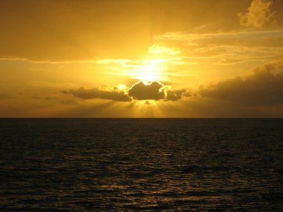 Decameron Aquarium:                   le lever du soleil a tout les matin sur notre balcon