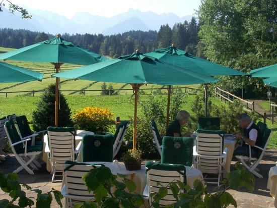 Sonnenalp Resort:                   Frühstücks- und Mittagsterrasse Hotel Sonnenalp