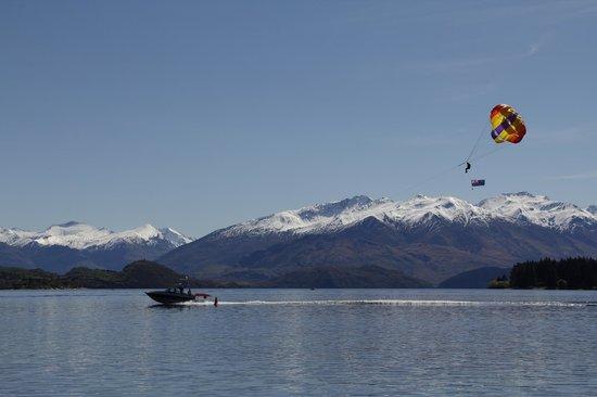 Wanaka Parasailing: Parasailing over beautiful Lake Wanaka