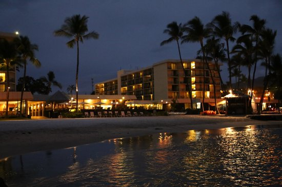 Courtyard King Kamehameha's Kona Beach Hotel : Looking at hotel from beach area