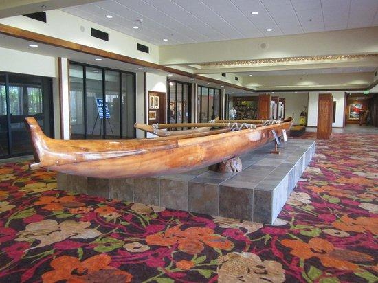 Courtyard King Kamehameha's Kona Beach Hotel: canoe in hotel