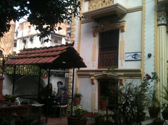 Kathmandu Bed & Breakfast Inn:                   Tomando desayuno en katmandu.
