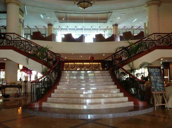 Holiday Inn Resort Batam:                   The grand staircase at the lobby.