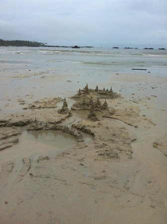 Mutiara Beach Guesthouse: The beach ::: amazing sand for castle building!