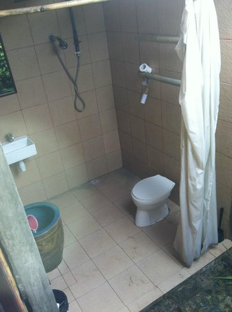 Mutiara Beach Guesthouse: Spa Villa private bathroom