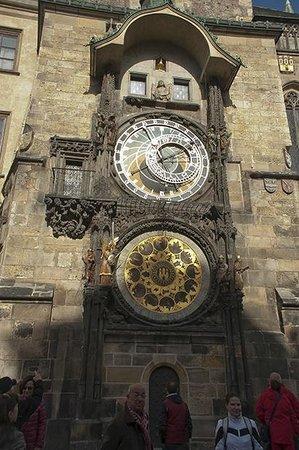 Praga Mirabilis Tours:                   reloj del Ayuntamiento, en la Plaza Carlos reune multitud de observadores