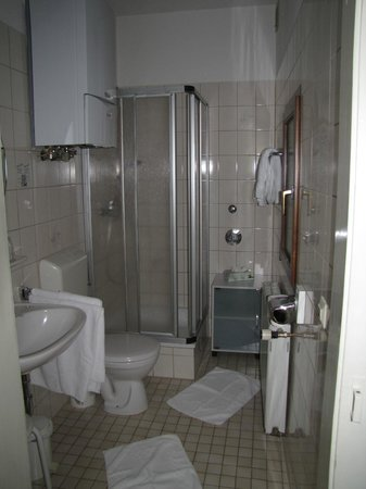 Rhein Hotel Zur Loreley: bathroom.