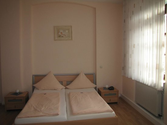 Rhine Hotel Zur Loreley: Queen bed in large room with plenty of storage space