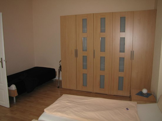 Rhein Hotel Zur Loreley: single bed and wardrobe