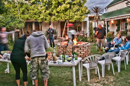 Robertson Backpackers: Fun evening around the braai