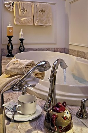 Cameo Heights Mansion Bed & Breakfast: Asian tub