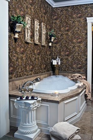 Cameo Heights Mansion Bed & Breakfast: Greek suite tub