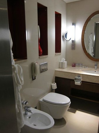 Crowne Plaza Doha - The Business Park: Bathroom