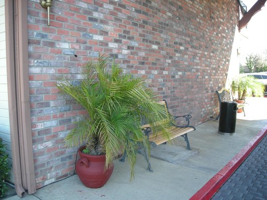 Best Western Country Inn: Outside office seating