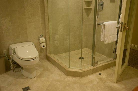 The Sherwood Taipei:                   ジュニアスイートのトイレとシャワーブース
