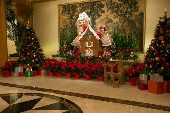 The Sherwood Taipei:                   ホテル入り口のクリスマスの飾り