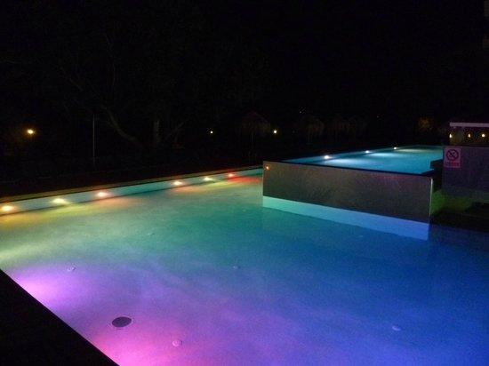 Blue Sea Beach Resort:                                     piscina di notte