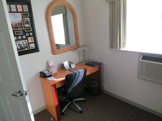 BEST WESTERN PLUS Hollywood Hills Hotel: Desk
