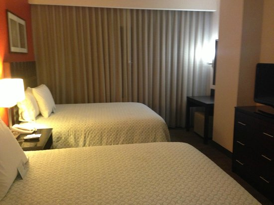 Embassy Suites by Hilton Palmdale:                   Bedroom