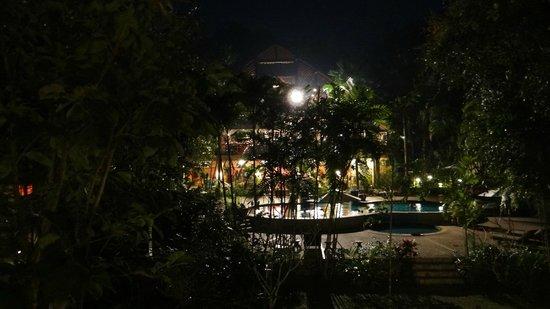 River Kwai Resotel :                                     lieu de réception, restaurant et piscine! la nuit....