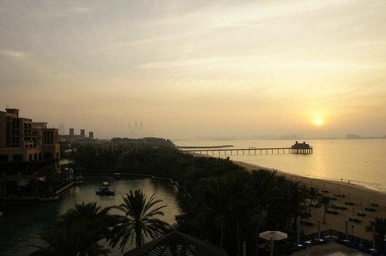 Jumeirah Mina A'Salam:                   Coucher de soleil et vue du restaurant de poisson sur pilotis