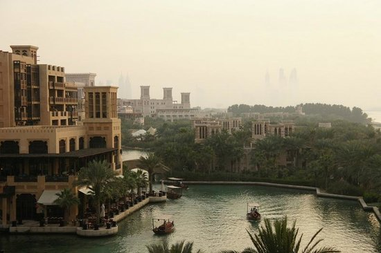 Jumeirah Mina A'Salam:                   Vue sur les terrasses des restaurants et les canaux