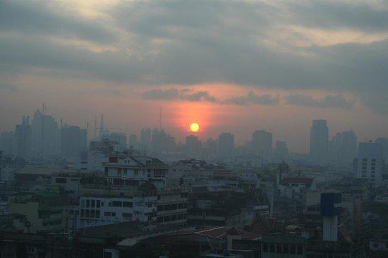 جراندي فيلي هوتل:                   周りは低い建物ばかりなので、こんな朝日も拝めます。                 
