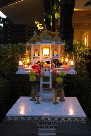 Centara Kata Resort Phuket:                   lille tempel