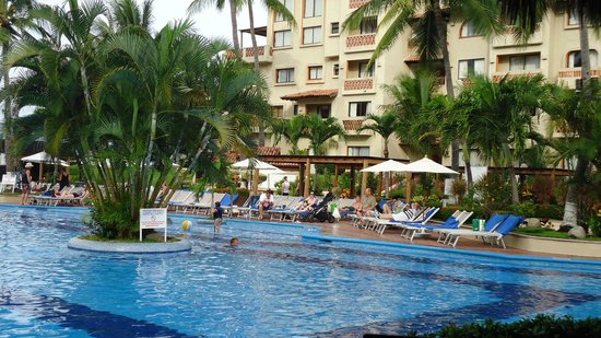 Canto Del Sol Plaza Vallarta :                   Very clean, lots of lounge chairs, plenty of sun and shade