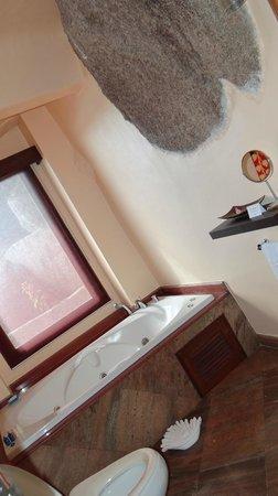Jamahkiri Resort & Spa:                                     salle de bain...meme là on a vue sur la mer!