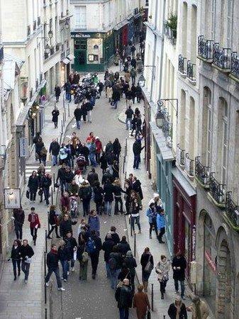 Hotel de la Bretonnerie:                   Blick in die Rue Sainte Croix de la Brétonnerie: Sonntag mittag