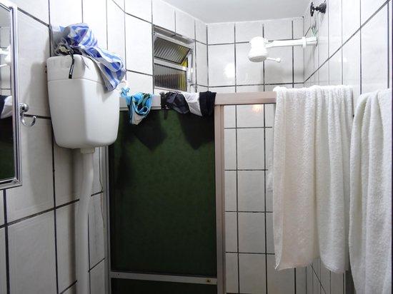 Pousada Farol das Estrelas:                                     salle de  bains et séchoir en même temps