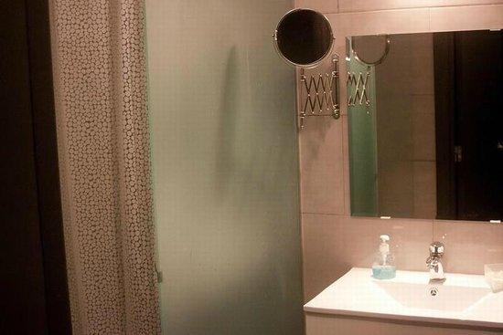 Porto Alive Hostel: shower