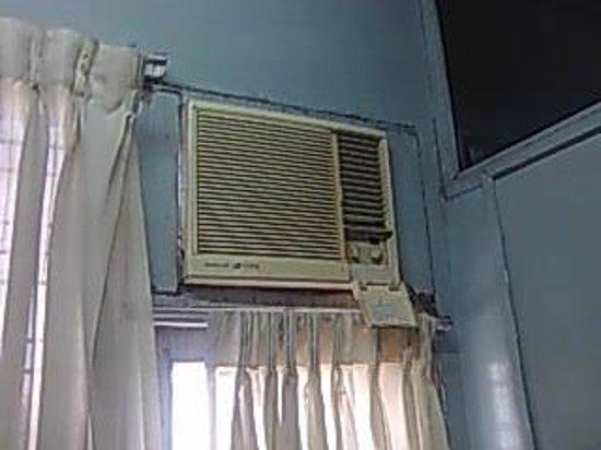Garden Guest House:                   換気扇のようなエアコン