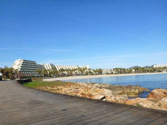 Hipotels Mediterraneo: Aussicht auf das Hotel und den Strand vom Steg aus