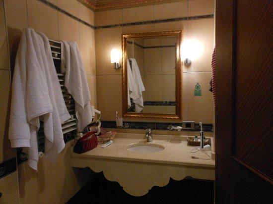 Hotel Sapphire:                   salle de bain avec baignoire (douche)