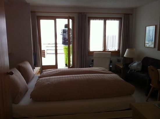 Salouf, Szwajcaria:                   Zimmer mit Zugang zum Balkon