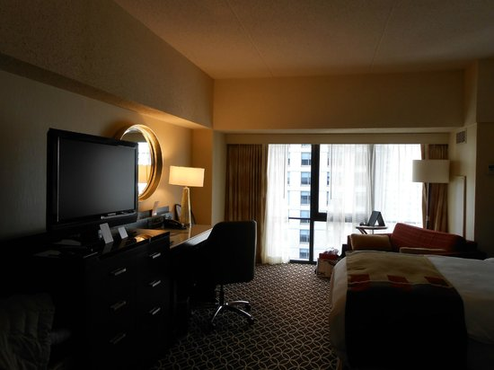New York Marriott Marquis : Workdesk with tv and the sofa