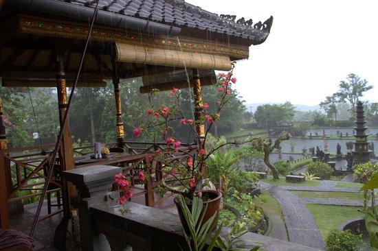 Tirta Ayu Hotel & Restaurant:                   Vue du parc aquatique de la salle de restaurant