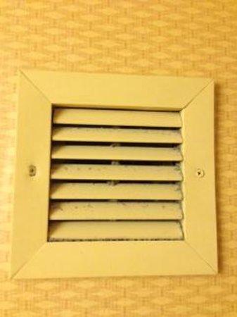 هوليداي إن هيوستن انتركونتيننتال إيربورت: Bathroom air vent covered in dirt
