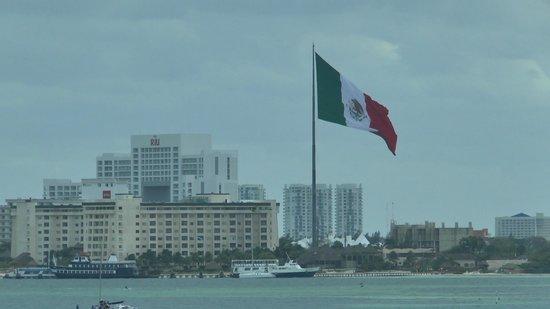 Holiday Inn Cancun Arenas:                   One big flag