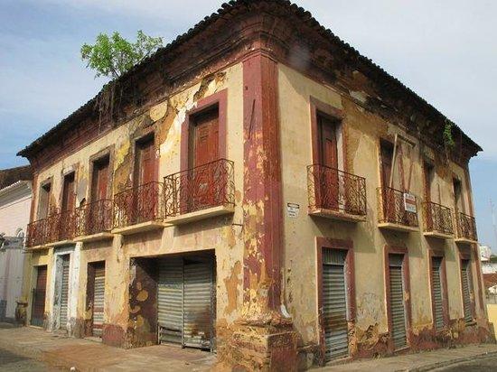 Pousada Portas da Amazonia:                   more SL houses falling apart