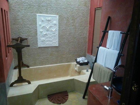 The Village Resort and Spa:                   vasca e di fianco( non si vede) doccia spaziosa