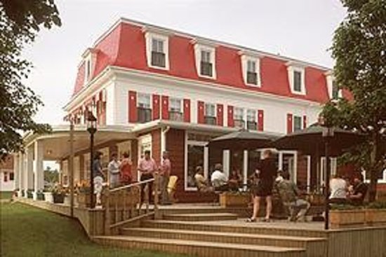 Shaw's Hotel and Cottages: A refreshing drink on the deck.