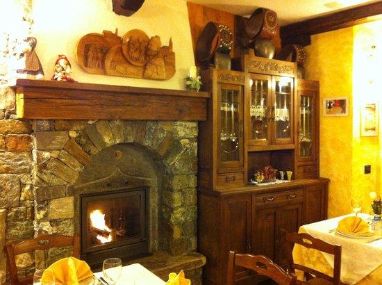 Agriturismo La Reina Valle d'Aosta:                   Cozy fireplace