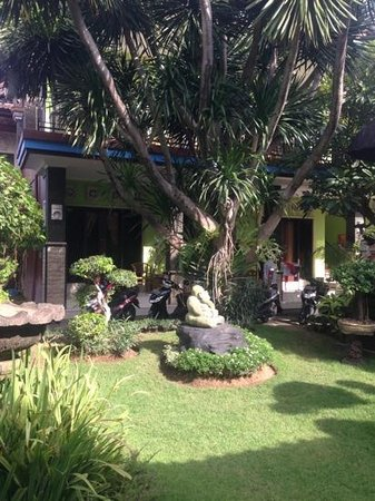Budha's Guesthouse: Garden and first floor rooms...