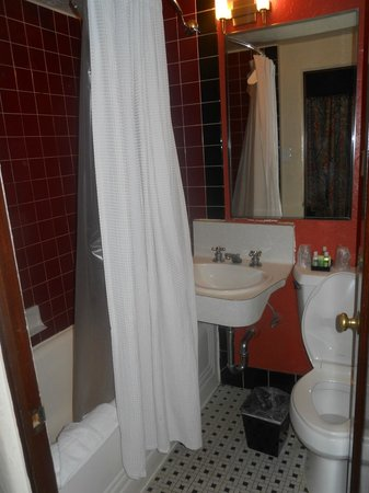 Golden Gate Hotel & Casino: Small and old fixtures, but still clean.  Nice Shower head!